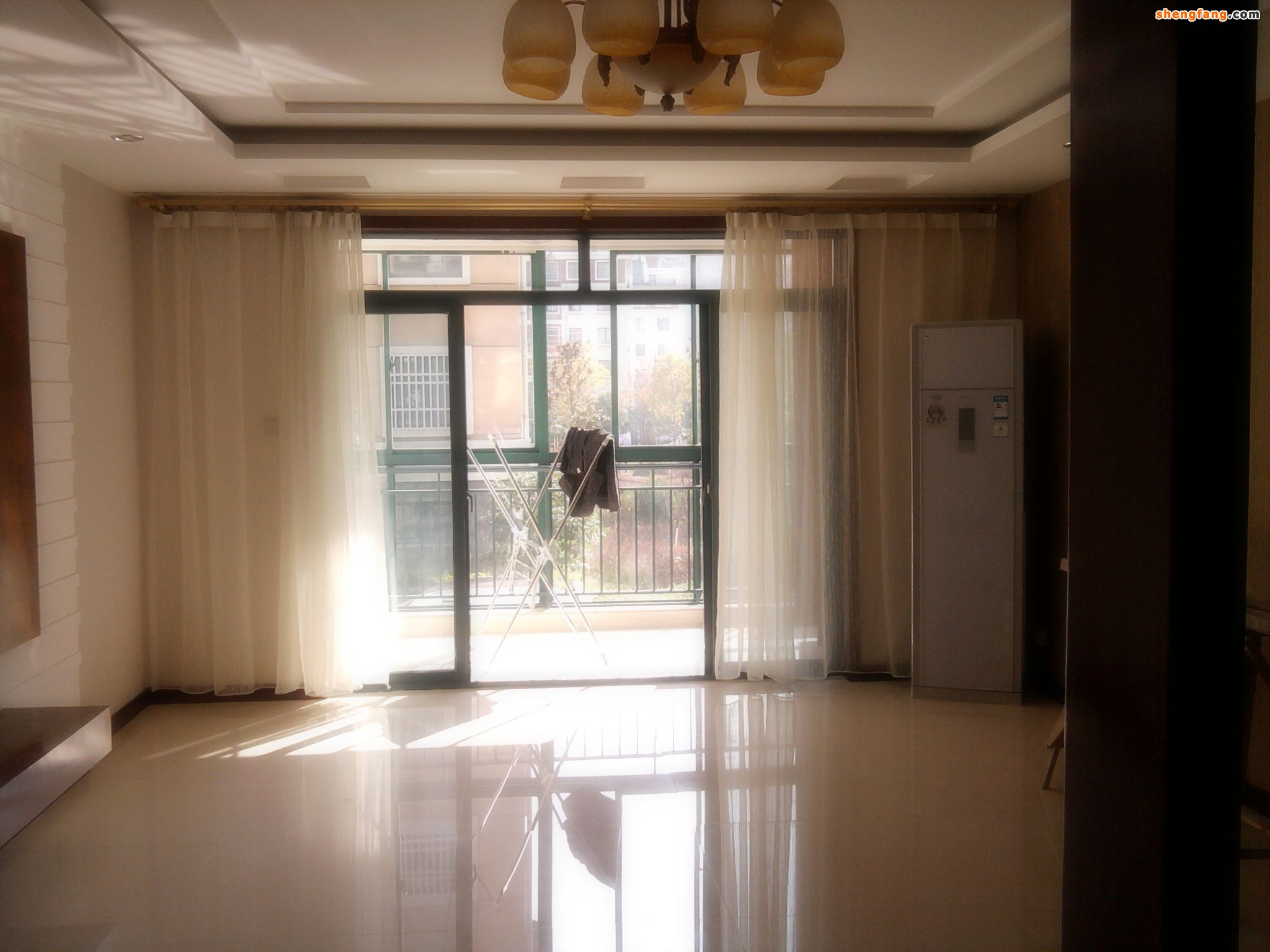 窗帘是一个家庭中必备的东西,可以很好的装饰屋内,也可以保护隐私。对于一个家庭来说,谁都不喜欢自己的一举一动在别人的视野之内。从这点来说,不同的室内区域,对于私隐的关注程度又有不同的标准。客厅这类家庭成员公共活动区域,对于私隐的要求就较低,大部分的家庭客厅都是把窗帘拉开,大部分情况下处于装饰状态。今天胜芳在线就为您介绍一下选购窗帘的几个要点。