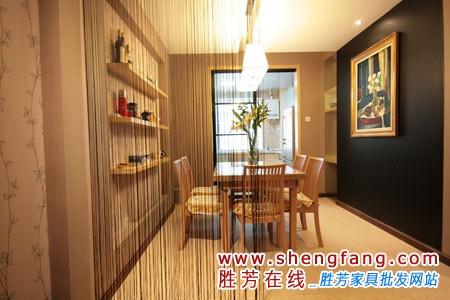 餐厅和客厅或者厨房是相连的.客厅通常会铺设地砖,在饭厅中