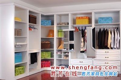 如果你的卧室足够大的话,还可以用整体衣柜设计一个步入式衣帽间,外面